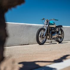 In the increasingly serious custom world, this brat style Bonneville cuts through like a cold glass of rosé at French beachfront restaurant. Bmw Motorcycles, Triumph Motorcycles, Triumph Bonneville Custom, Yamaha Cafe Racer, Bmw Series, Bobber Motorcycle, California Dreamin', Honda Cb, Transportation Design