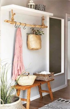 This entryway setting but with a modern vibe – Wohnung – Decoration Living Room Decor, Decor Room, Living Rooms, Wall Decor, Farmhouse Kitchen Decor, Rustic Farmhouse, Country Kitchen, Home And Deco, Organizing Your Home
