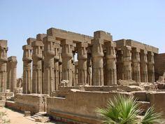 """Tebas (Egipto).  Fue la capital del Imperio Medio y Nuevo de Egipto, emplazada en la actual Luxor. Fue denominada """"la ciudad de las cien puertas"""" por sus innumerables puertas abiertas en sus murallas aunque posteriormente fue denominada """"los palacios"""" por los restos de los monumentales edificios religiosos, que fueron considerados antiguos palacios. El conjunto de Tebas con su necrópolis fue declarado Patrimonio de la Humanidad por la Unesco en 1979."""