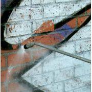 Antigrafite 1L - Dupox Akemi  É uma emulsão liquida em base solvente, com estabilizante U.V, feito com uma mescla de ceras especiais para ser aplicada e formar uma camada totalmente transparente e protetora em fachadas, edifícios e monumentos, superfícies minerais rústicas e absorventes como mármores e granitos levigados ou jateados, pedras naturais e concretos.   www.colar.com