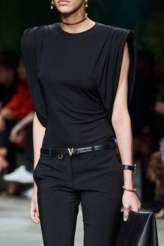 Versace Spring 2020 Ready-to-Wear Fashion Show : Versace Spring 2020 Ready-to-Wear Collection - Vogue Dubai Fashion, Fashion 2020, Look Fashion, Runway Fashion, Fashion Show, Autumn Fashion, Womens Fashion, Vogue Fashion, Fashion Goth