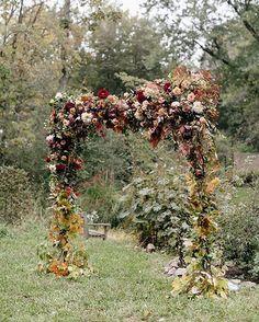 Amor total por este arco y por toda la boda que os he dejado hoy en el blog. El burdeos me parece un color  para bodas de otoño e invierno!  Para ver todas las imágenes... Link en BIO!