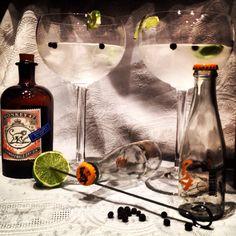 Monkey Cut gin + 1724 Tonic Water + Lima y Enebro.