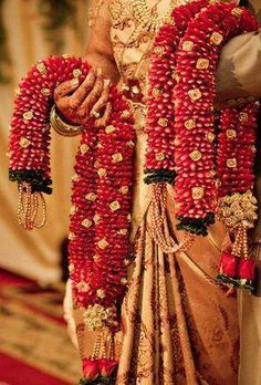 The varmala or jaimala is one of the most important rituals of a traditional Indian wedding. This floral garland exchange Indian Wedding Flowers, Indian Wedding Stage, Flower Garland Wedding, Floral Garland, Flower Garlands, Wedding Garlands, Wedding Garland Indian, Marriage Decoration, Wedding Stage Decorations