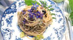 Spaghetti integrali con asparagi, olive taggiasche e fiori di borragine