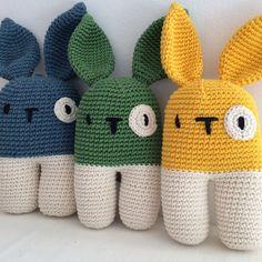 Arcibaldo il coniglietto perfetto in compagnia dei suoi amici. Sono teneri e felici. Scegli il colore che preferisci, lo realizzerò per te.