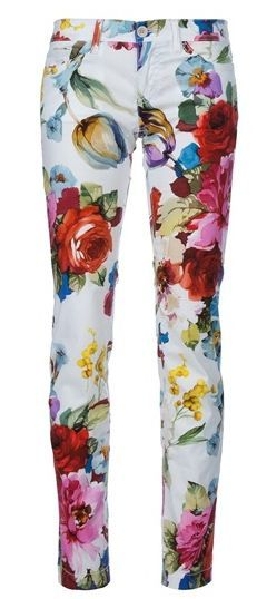 Pantalón floral. Bueno para combinar con una blusa en colores básicos y una gargantilla dorada.