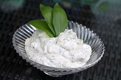 Garlic dip to clean- Knoblauchdip zum Reinlegen Garlic dip to clean - Party Finger Foods, Party Snacks, Dip Recipes, Snack Recipes, Pesto Dip, Garlic Dip, Butter Pasta, Baguette, Party Buffet