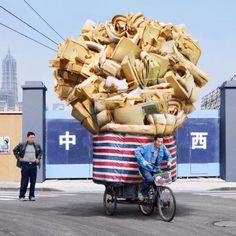 """Alain Delorme es un fotógrafo parisino que en su viaje a Shanghái se quedó hipnotizado por los transportistas locales. Y quiso dedicarles su exposición """"Totems"""". Qué dices, Witcamper, ¿Realidad o Ficción?"""