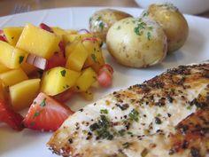 Trines Oppskrifter: Kyllingfilet med nypoteter og jordbær/mango salat