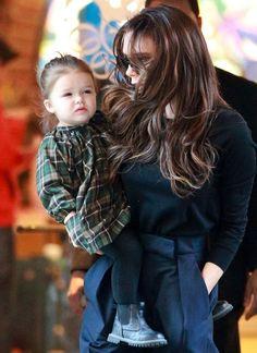 Modische Minis: 13. Februar 2013: Die gleiche Geste wie Mama Victoria hat Harper schon drauf: Hände in die Taschen. Beim kalten New Yorker Wind ist das grüne Karo-Kleidchen auch etwas dünn.