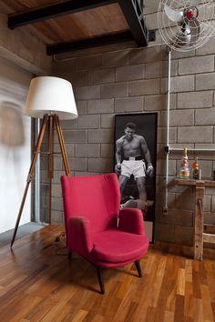 Лофт Vasco в городе Порту-Алегри, Бразилия, является реконструкцией помещения старого гаража. Архитектурная фирма ILLA разработала функциональное пространство в здании шириной всего 3.6 метра. Главной задачей проекта стало создание на площади 246 квадратных метров уютной, но все же весёлой атмосф...