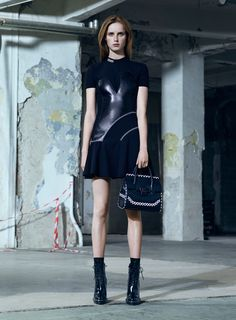See the complete Versace Pre-Fall 2016 collection.