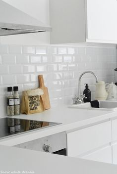 Küche You'll be back for a long time! Kitchen Dinning, Kitchen Tiles, New Kitchen, Beach House Kitchens, Home Kitchens, Apartment Kitchen, Kitchen Interior, Voxtorp Ikea, Minimal Kitchen