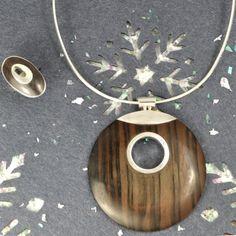 En recherche d'idée cadeau pour Noel, Silvershop vous propose ce magnifique ensemble en argent et bois. La bague est ajustable... Alors n'hésitez pa à venir sur www.silvershop.fr découvrir toutes nos idées cadeaux pour Noël!