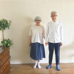 部屋の中で。白シャツのシンプルコーデ⚪️ リクエストに応えて手を繋ぎました bon オールUNIQLO pon ・ブラウス(10年位前のもの) ・スカート(楽天) #白シャツコーデ #夫婦 #60代 #ファッション #コーディネート #夫婦コーデ #今日のコーデ #グレイヘア #白髪 #共白髪 #couple #over60 #fashion #coordinate #outfit #ootd #instafashion #instaoutfit #instagramjapan #greyhair