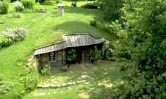 """Wenn Sie ein Liebhaber von Fantasy-Geschichten sind, haben Sie bestimmt schon einmal von den """"Lord of the Rings"""" Filmen gehört. In dieser Filmserie kommt eine bestimmte Menschenart vor, der Hobbit. Dabei handelt es sich um kleine Personen mit Elfenohren, die gemütliche Häuser in den Hügeln gebaut haben. In der Slowakei lebt jemand, der sich ein …"""