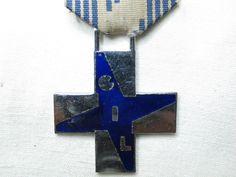 Croce Al Merito della G. I. L. per Giovane Italiana con nastrino coevo. In metallo nichelato e smalto, completa di nastro originale, in buone condizioni.
