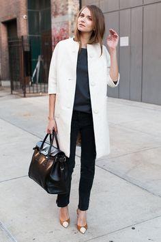 Por mais looks simples e lindos assim. Jacket branca sobre look escurao para descontrair como tida cor clara faz. Descontrai e traz leveza ao look!!!!