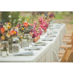 Y sin darnos cuenta llega la hora de comer... Con una mesa así quien se resiste? #ubo #unabodaoriginal #boda #bodas #decoboda #mesarustica #bodarustica #decoracionmesa #centrosdemesa