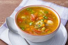 Il minestrone di verdure è un primo piatto genuino, da gustare caldo e arricchire con tanti ortaggi diversi in base alla stagione. Healthy Soup, Healthy Recipes, Light Soups, Italian Vegetables, Winter Soups, Food Club, Vegetable Seasoning, Slow Cooker Soup, Soups And Stews