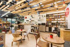 O projeto desenvolvido para o café livraria 9 3/4 Bookstore + Café foi feito pelo estúdio de design Plasma Nodo, da Colômbia, que criou desde a parte arquitetônica até branding. 4ED.