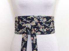 2e27e3f3381d Polina Couture - Ceinture obi bleu motif de fleurs multicolores sur fond  bleu foncé, Ceinture
