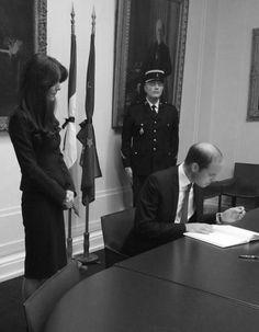 C'était un instant solennel pour Kate Middleton et le prince William. Mardi après-midi, le couple princier s'est rendu à l'ambassade de France à Londres afin de signer un livre de condoléances, à la suite des attentats qui ont secoué Paris vendredi 13 novembre. « A tous ceux qui ont péri ou ont été blessés durant les cruels......