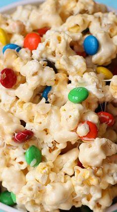 White Chocolate M&M Popcorn(White Chocolate Party) Gourmet Popcorn, Popcorn Mix, Popcorn Snacks, Flavored Popcorn, Popcorn Recipes, Snack Recipes, Cooking Recipes, Popcorn Balls, Yummy Recipes