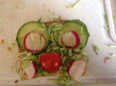 Kanapka sowa Przepis : masło, chleb, kiełki, pomidory, ogurki, szczypiorek i rzodkiewki układamy tak jak na zdjęciu   Smacznego !
