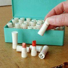 Avon sample lipsticks, vintage. Ooh ja...uk weet nog hoe ze ruiken...vond ze geweldig....stiekem proberen van mn moeder