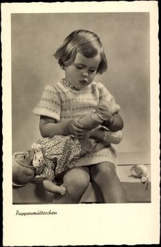 Ak Puppenmütterchen, Mädchen zieht ihre Puppe an, Schuhe | eBay