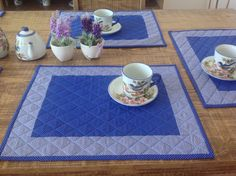 Jogo Americano azul Table Runner And Placemats, Table Runner Pattern, Quilted Table Runners, Sewing Crafts, Sewing Projects, Quilted Coasters, Place Mats Quilted, Baby Baskets, Mug Rugs