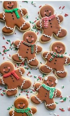 How to make cute Gingerbread Men sugar cookies for the holidays! Great recipe for a cookie swap. Gingerbread Man Cookies, Iced Cookies, Cookies Et Biscuits, Holiday Cookies, Decorating Gingerbread Cookies, Gingerbread Men Icing, Christmas Gingerbread Men, Gingerbread Houses, Ginger Bread Biscuits