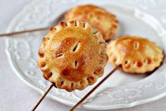 Пирожки на палочке с яблоками