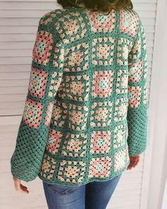 Tejiendo un clásico: tu propia chaqueta granny | El Oasis de Piper y Mint Crochet Coat, Crochet Fabric, Crochet Cardigan Pattern, Crochet Jacket, Crochet Shawl, Diy Crochet, Crochet Clothes, Seventies Fashion, 70s Fashion