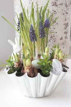 Lovely Easter centerpiece container garden idea / #DIY #florals #Easter