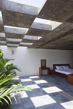 Techo de cuadros con cristal y con concreto haciendo una iluminación especial en el piso de este espacio.