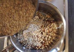 Vogelfutter selber machen: Kerne, Nüsse und Haferflocken ins Fett geben und alle Zutaten mischen und kräftig umrühren.