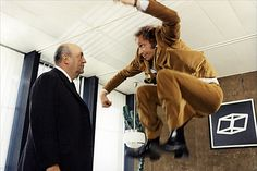 """Pierre Richard qui saute devant bernard Blier impassible dans le film """"Le distrait"""" - 1970 © Photo sous Copyright"""