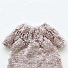Tusen takk, alle dere flotte mennesker, for alle koselige kommentarer og meldinger! Dere er så fine, og dere aner ikke hvor glad jeg blirDahlia har fått chiffonbånd i stedet for knapp i nakken#dahliaromper#kjærlighetpåpinner#knittinginspiration#knitspiration#knitinspire#instaknitters#strikktilbarn#babystrikk#barnestrikk#babyknits#neatknitting#ministil#kids_knitting_inspiration#knitinspo123#norwegianmade#norwegianmadeknitting #knitting_inspiration#knitting#instaknit#knitstagram#knittersofi...