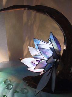 流木作家さんとのコラボレーション作品海の底にひっそりとさく花をイメージして大輪の花をステンドグラスで表現誰にも触れられないところにはきっとその人のサンクチュア...|ハンドメイド、手作り、手仕事品の通販・販売・購入ならCreema。