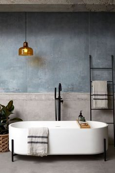 The interior designer has combined this vintage bathroom with a modern touch . The interior designer has combined this vintage bathroom with a modern touch Modern Bathroom Design, Bathroom Interior Design, Interior Decorating, Modern Bathtub, Interior Modern, Minimal Bathroom, Modern Bathrooms, Luxury Bathtub, Diy Decorating