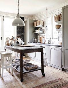 Una casa tranquila con una cocina de aire rústico · A tranquil home with a rustic style kitchen Shabby Chic Kitchen, Rustic Kitchen, Country Kitchen, New Kitchen, Vintage Kitchen, Kitchen Decor, Kitchen Ideas, Kitchen Industrial, Country Living
