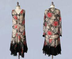 1920er Jahre Kleid / 20 s Chiffon Floral Flapper-Kleid und Jacke Set / Betäubung / Hankie Hem / geraffte vorne / schwarz Floral Print