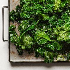 Stekt grönkål med vitlök | Recept ICA.se Veggie Recipes, New Recipes, Dessert Recipes, Healthy Recipes, Healthy Foods, Desserts, Date Dinner, Sugar And Spice, Lchf