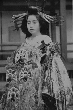 One of the world's leading specialist in Japanese art & ukiyo-e prints - established Retro Pictures, Old Pictures, Old Photos, Vintage Photos, Japanese Geisha, Japanese Beauty, Vintage Japanese, Japanese Photography, Strange History