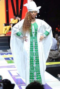 Les tenues de mon mariage en Guinée | Mademoiselle Dentelle                                                                                                                                                                                 Plus Latest African Fashion Dresses, African Dresses For Women, African Print Fashion, Africa Fashion, African Attire, African Wear, African Women, African Prints, African Style