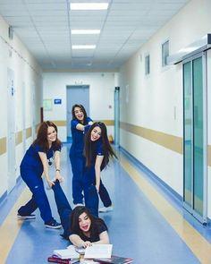 Medical Students, Medical School, Nursing Students, Graduation Picture Poses, Graduation Pictures, Nursing Goals, Nurse Aesthetic, Medical Photography, Surgeon Doctor