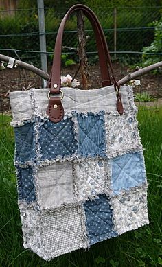 Un sac en rag quilt - in French but still cool! Patchwork Bags, Quilted Bag, Denim Patchwork, Jean Purses, Purses And Bags, Jeans Recycling, Sacs Tote Bags, Diy Sac, Denim Purse